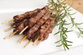 idéales en apéritif: les arrosticini, brochettes de viande de brebis importées des Abruzzes