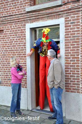 Clown échassier de rue