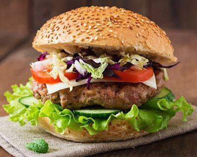 Véritable burger maison 100%viande de bœuf agrémenté de différentes façons.